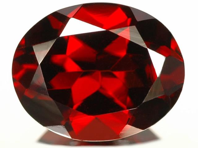 Ограненный камень Альмандин