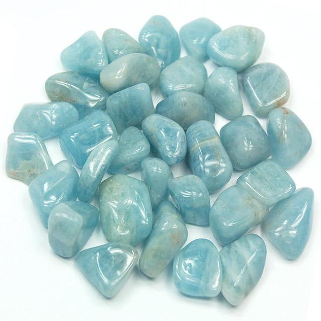 Россыпь необработанных камней Аквамарина