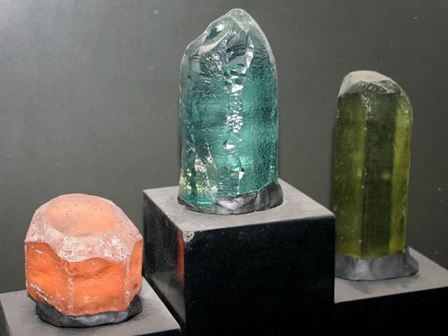 Крупные разноцветные Бериллы в музее