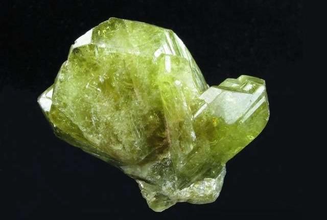 Необработанная порода зеленого Хризоберилла