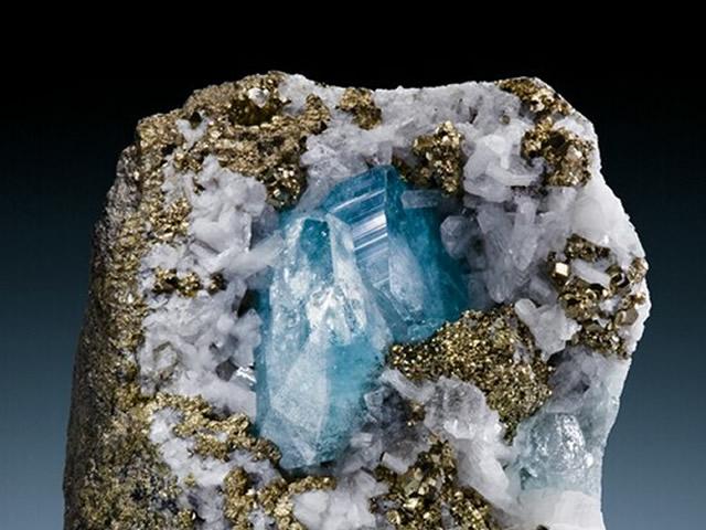 Эвклаз внутри породы других драгоценных камней