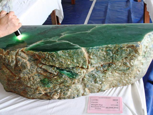 Крупная порода натурального нефрита