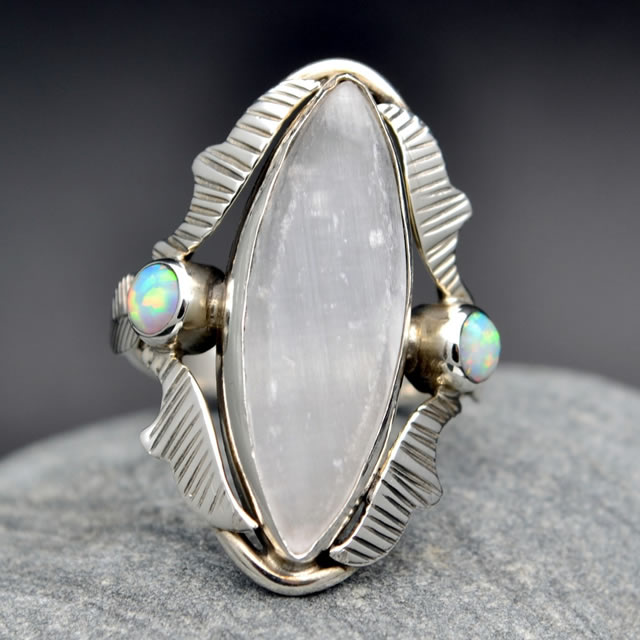Серебряное кольцо с природным Селенитом