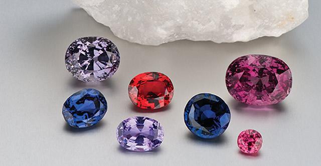 Россыпь камней шпинели разных цветов