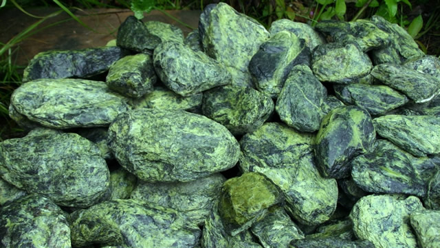 Россыпь камней Змеевика
