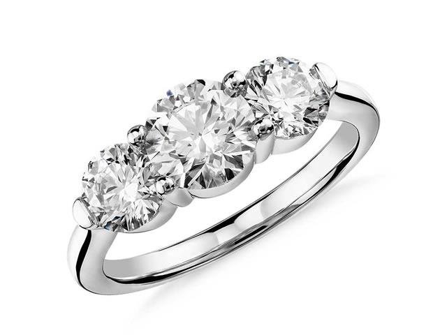 Кольцо из белого золота с тремя бриллиантами