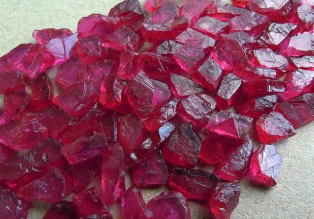 Россыпь неограненных натуральных рубинов