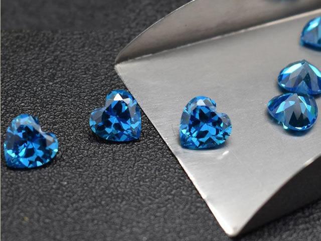 Россыпь голубых топазов в форме сердца