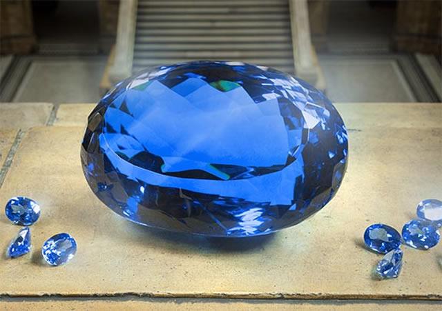 Самый крупный экземпляр голубого топаза