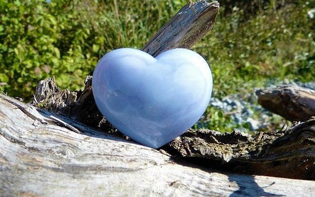 Крупный камень Халцедон в форме сердца
