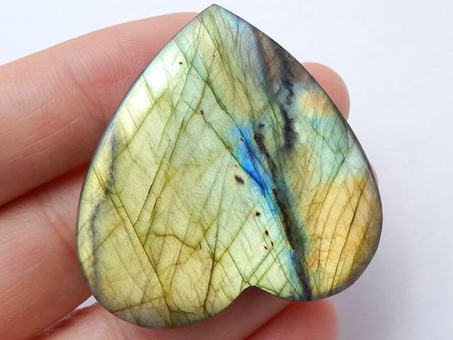 Натуральный камень лабрадор в форме сердца
