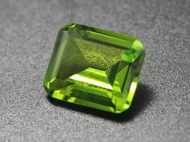 Драгоценный камень оливин крупным планом
