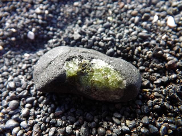 Необработанный драгоценный камень оливин