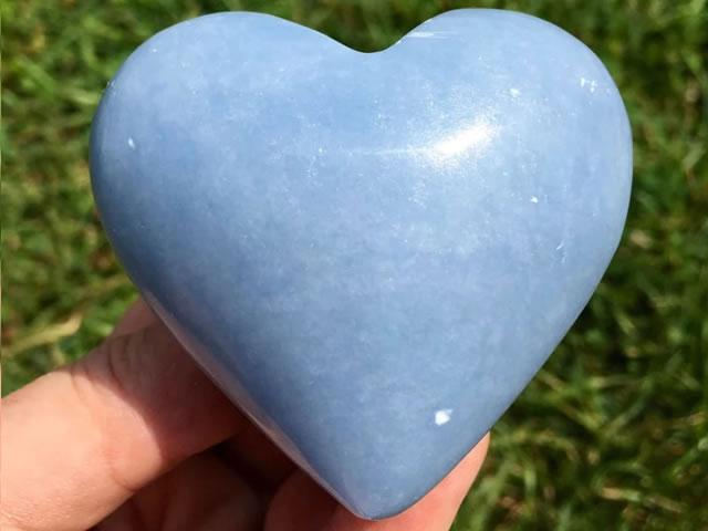 Камень Ангелит в форме сердца