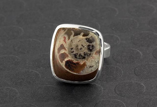 Серебряное кольцо с натуральным аммонитом