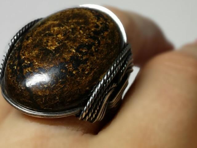 Кольцо с крупным натуральным бронзитом