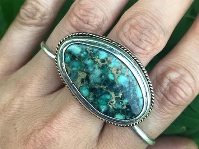 Кольцо с крупным природным варисцитом