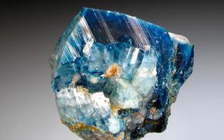 Хрупкий, но невероятно красивый камень Эвклаз