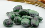 Светлый и искренний камень Цоизит