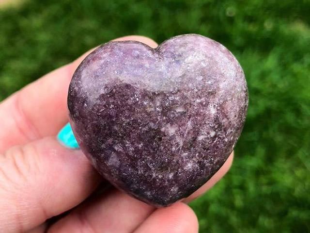 Лепидолит в форме сердца