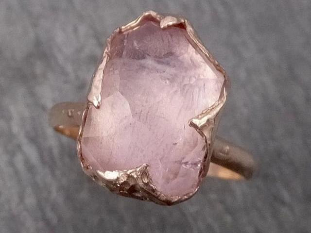 Золотое кольцо с натуральным морганитом