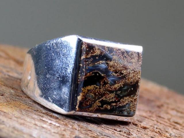 Серебряное кольцо с природным петерситом